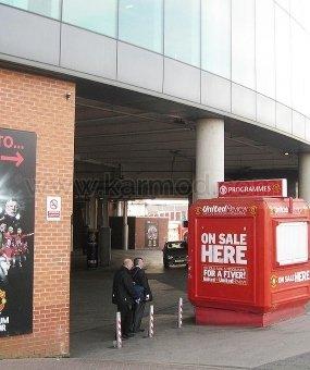Kioski na stadionach Old Trafford i Camp Nou